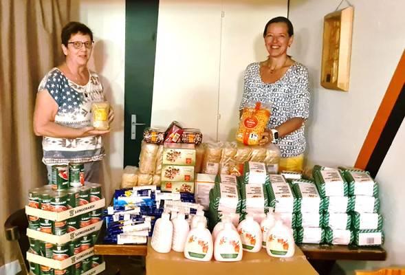Mit grosser Freude überreicht Präsidentin Nathalie Altermatt die Ware an Christa Brotschi (Tischlein-deck-dich)