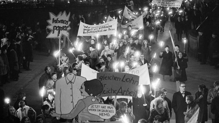Mitglieder und Sympathisanten politischer Frauengruppen demonstrieren 1969 in Zürich.