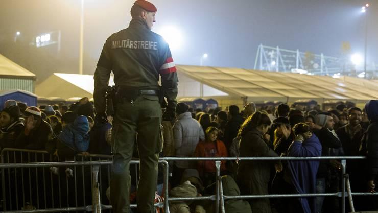 Flüchtlinge strömen in ein Sammelzentrum an der Slowenisch-Österreichischen Grenze.