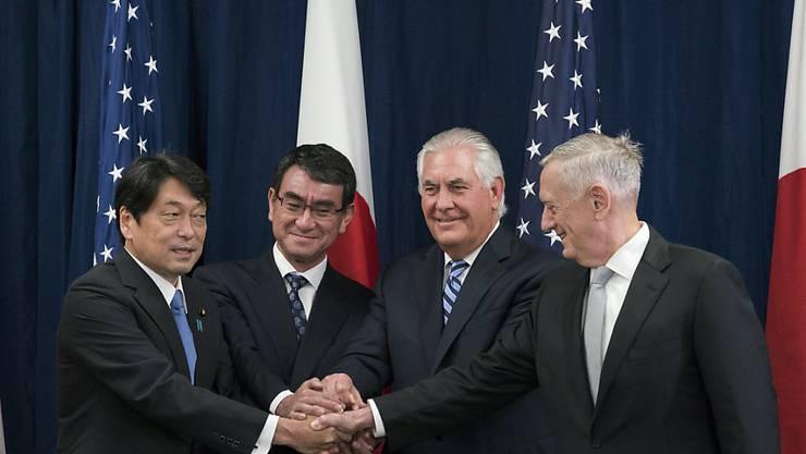 Die Verteidigungsminister Japans und der USA, Itsunori Onodera (l) und James Mattis (r) sowie die Aussenminister beider Länder, Taro Kono (2. v. l) und Rex Tillerson