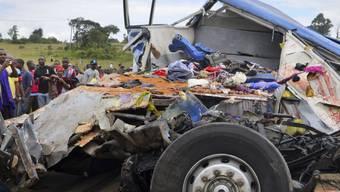 Das Bus-Wrack in Tansania nach dem verheerenden Unfall