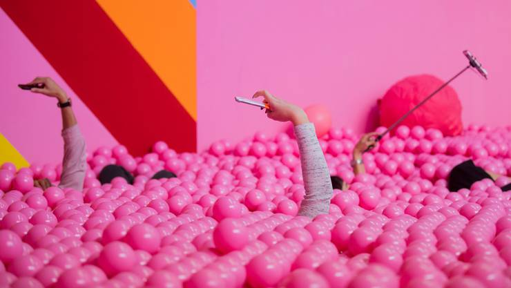 Frauen in rosa Umfeld: Dieses Bild trifft man in den Sozialen Medien häufig an. (Symbolbild)