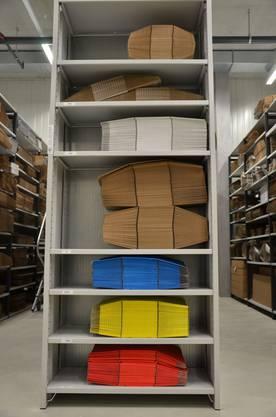 Neben den klassischen braunen Kartonschachteln, werden auch farbige und individuell bedruckte Verpackungen hergestellt.