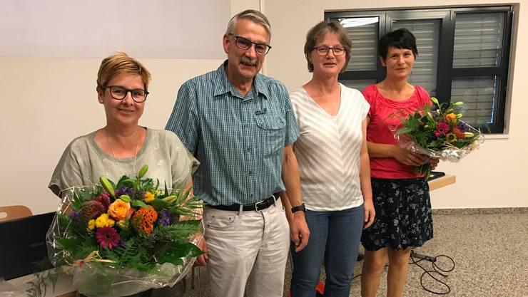 Der abtretende Gemeindepräsident bedankt sich mit Blumen (von links): Finanzverwalterin Daniela Altermatt, Stefan Schneider, Theres Brunner, neu gewählte Gemeindepräsidentin, und Gemeindeschreiberin Beatrice Fink.