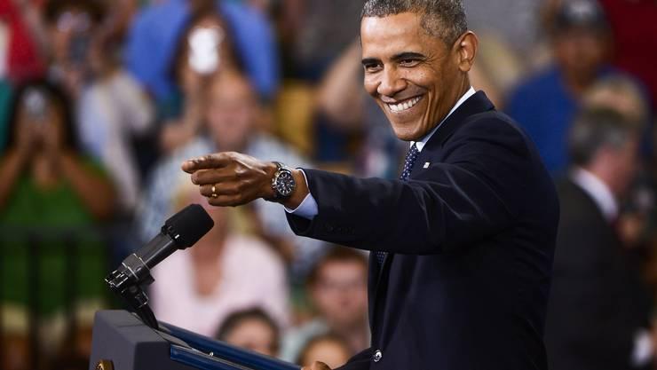 Obama zeigt vor einer Rede in Galesburg( Illiois) ins Publikum – mit einem ansteckenden Lachen. (24. Juli 2013)