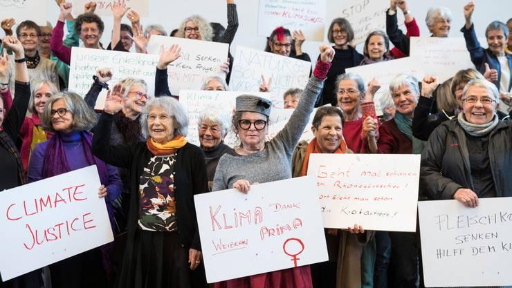Der Verein Klimaseniorinnen und einzelne Seniorinnen verlangen eine Korrektur der Schweizer Klimapolitik.