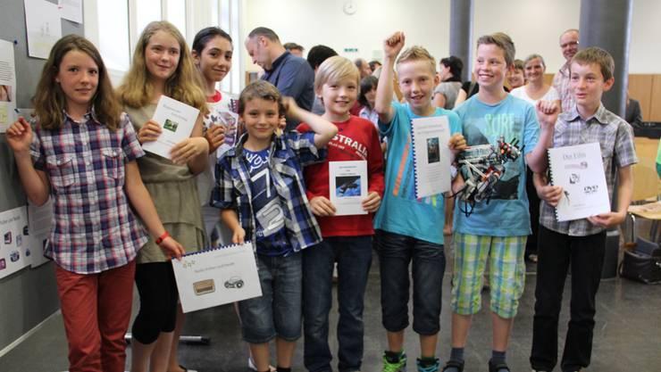 Die acht Schüler der Projektwerkstatt sind stolz auf ihre Endprodukte, die sie nach einem Jahr Arbeit endlich in den Händen halten.