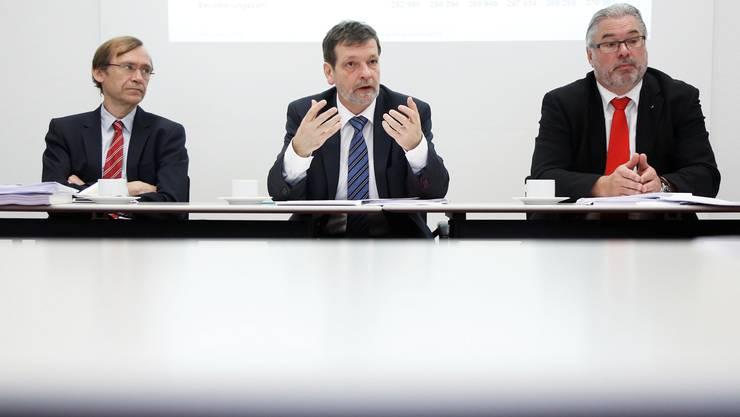 Medienkonferenz zur Staatsrechnung: v.l. Finanzamt-Chef Andreas Bühlmann, Regierungsrat Roland Heim, Fiko-Präsident Beat Loosli