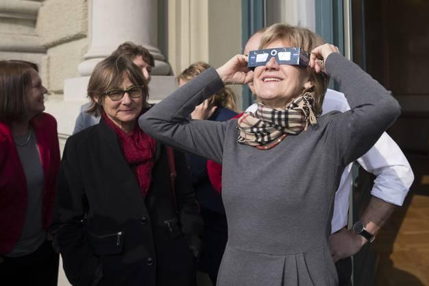 Immer den Durchblick: SP-Nationalrätin Susanne Leutenegger Oberholzer verfolgt während der Frühlingssession 2015 auf dem Balkon des Bundeshauses mit einer Schutzbrille das Naturspektakel der partiellen Sonnenfinsternis.