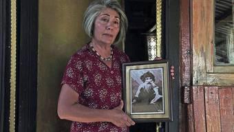 Die Enkelin führt den Widerstand fort: Zeliha mit einer Fotografie ihrer Grossvaters Seyit Riza.