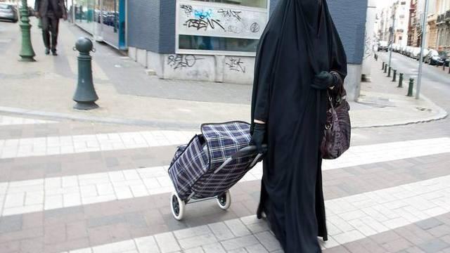 Mann streifte sich Burka über und lief unbehelligt an Gefängniswachen vorbei (Symbolbild)
