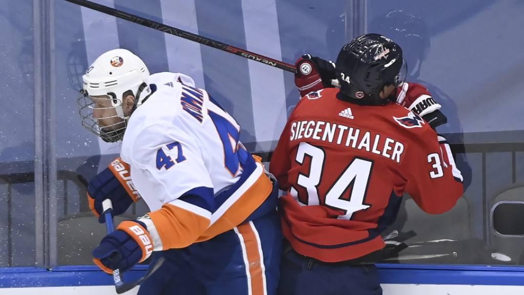Jonas Siegenthaler hat gegen den Finnen Leo Komarov von den New York Islanders das Nachsehen