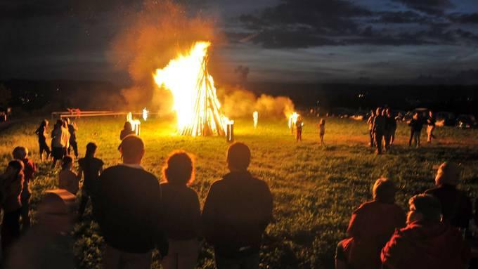 Höhenfeuer und Feuerwerk mussten dieses Jahr in Baselland 200 Meter Abstand vom Waldrand haben. (Symbolbild)