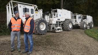 Wie ein Echolot geben die Vibrationsfahrzeuge bei Fisibach Impulse in den Untergrund. Marian Hertrich (Nagra, links) und Andreas Pekruhl (DMT) leiten das Projekt.