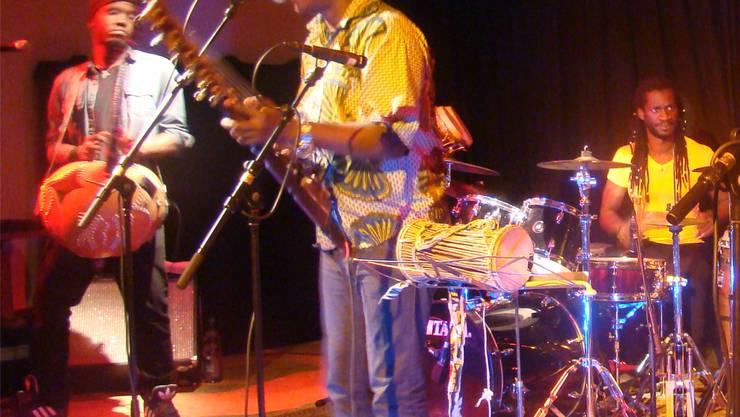 Ba Cissoko und seine Liveband sorgten im Meck in Frick für ein Feuerwerk afrikanischer Musik. ari