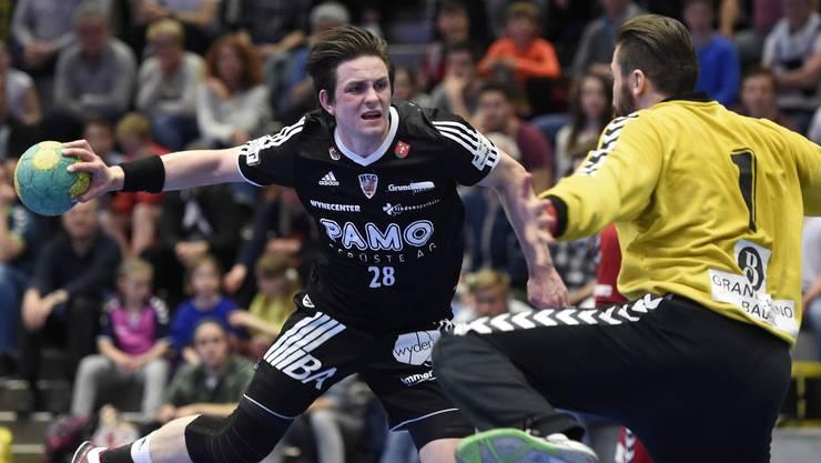 Beau Kägi im Abschluss während des Wiederholungsspiel im Kampf um den Aufstieg in der Saison 2015/16 gegen den TV Endingen.