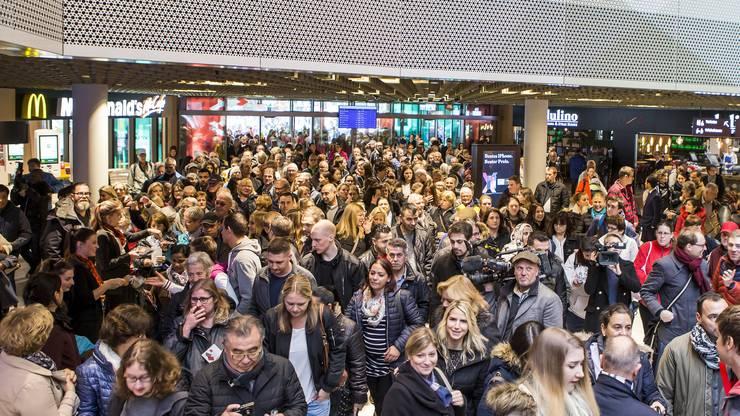 Mehrere hundert Personen waren zugegen, um als erste den 65'000 Quadratmeter grossen Shopping- und Freizeitpark zu besuchen.