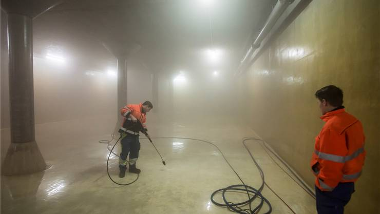 Der stellvertretende Brunnenmeister Pascal Setz reinigt den Boden in der grossen Kammer des Reservoirs Lochholz. Sie hat ein Fassungsvermögen von 2000 Kubikmeter Wasser.