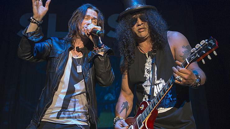 Gitarrist Slash (rechts) und Sänger Myles Kennedy als The Conspirators traten vergangenen November in Basel auf - und setzen sich nun für Elefanten ein (Archiv)