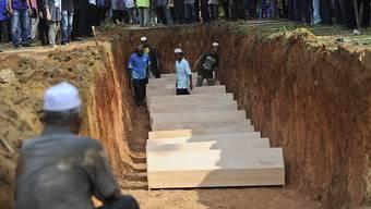 Die sterblichen Überreste von Flüchtlingen aus Myanmar werden auf einem malaysischen Friedhof beerdigt