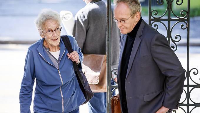 Die Basler Menschenrechtsaktivistin Anni Lanz wird von ihrem Anwalt Guido Ehrler zur Gerichtsverhandlung am Walliser Kantonsgericht begleitet.
