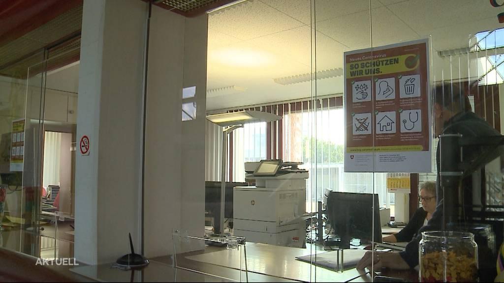 Aargauer Gemeinden montieren Trennwände zum Schutz