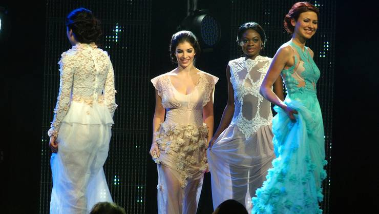 Der letzte Durchgang der vier Finalistinnen erfolgt im Abendkleid – ganz rechts Stefanie Zimmerli aus Wettingen, die den