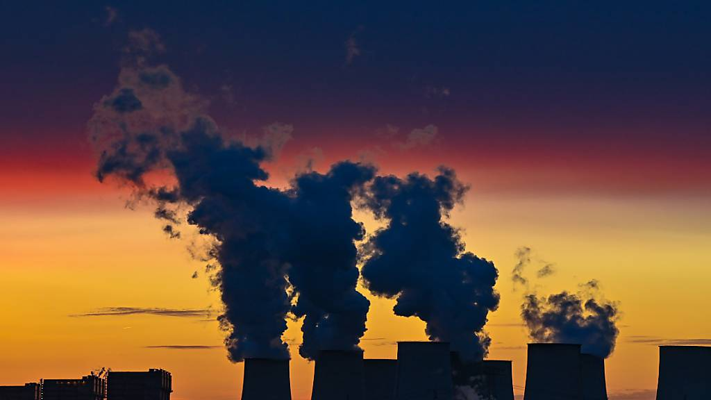 ARCHIV - Farbenprächtig leuchten die Wolken im Sonnenuntergang über den Kühltürmen des Braunkohlekraftwerks Jänschwalde der Lausitz Energie Bergbau AG (LEAG). Foto: Patrick Pleul/dpa-Zentralbild/dpa