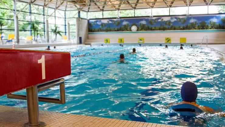 Im Hallenbad Altstetten in Zürich kümmert sich ein speziell ausgebildeter Bademeister um die Asylsuchenden. Besonders am Wochenende mussten immer wieder Flüchtlinge aus dem nahe gelegenen Asylzentrum aus dem Wasser gerettet werden (Archivbild)