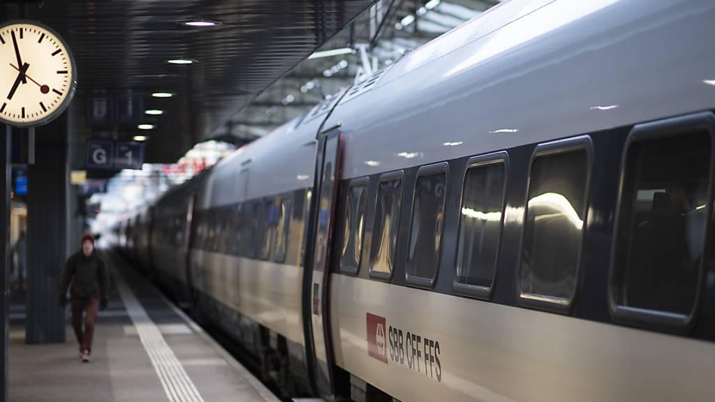 Leere Perrons am Bahnhof St.Gallen: Während des Lockdowns im Frühling 2020 brachen die Fahrgastzahlen zusammen. Im ersten Halbjahr 2021 stieg die Zahl der Reisenden wieder deutlich. (Archivbild)
