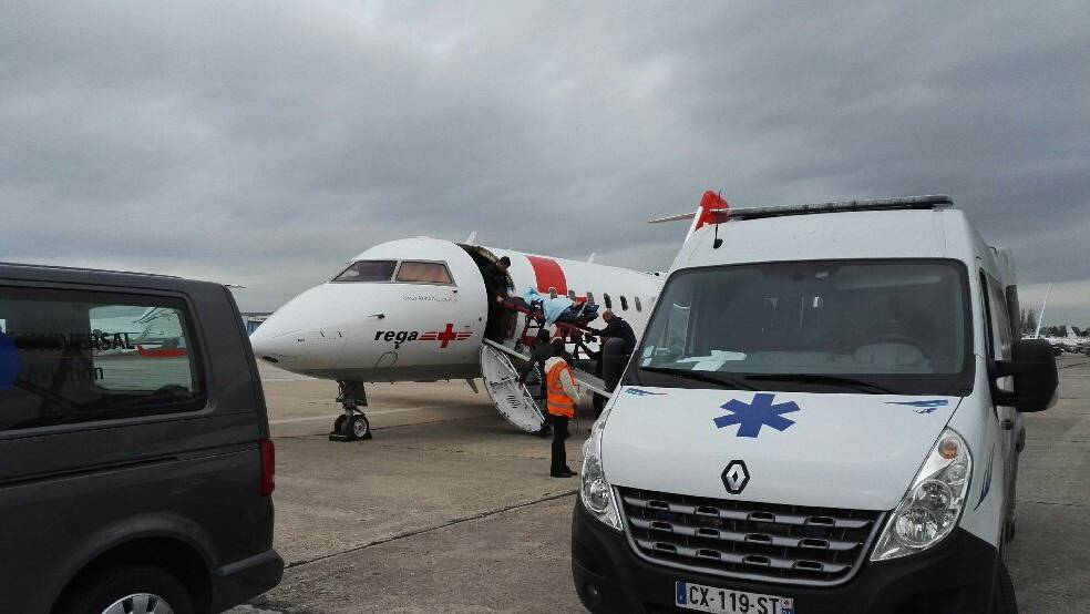 Die verletzte Schweizerin wird auf einem Pariser Flughafen in den Rega-Jet umgeladen. Bild: Rega