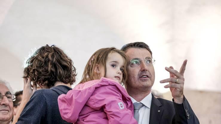 Warten auf die Wahlresultate: Burgherr mit Tochter Ladina.