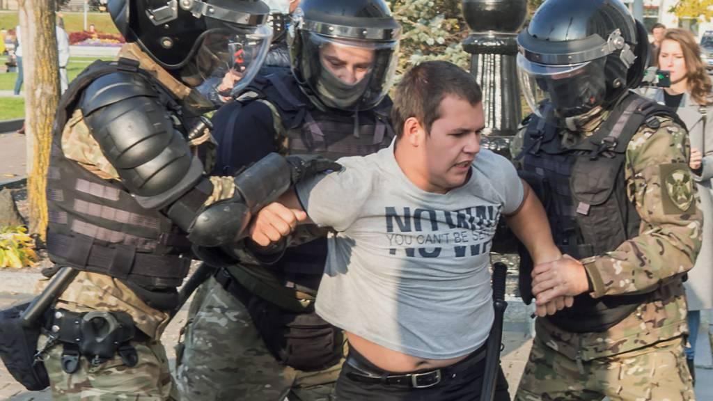 Die Polizei verhaftet einen Demonstranten während einer Kundgebung zur Unterstützung Furgals, Ex-Gouvernours von Chabarowsk. Sergej Furgal wurde am 9. Juli wegen des Verdachts der Beteiligung an verschiedene Morden verhaftet und nach Moskau ins Gefängnis gebracht. Foto: Igor Volkov/AP/dpa