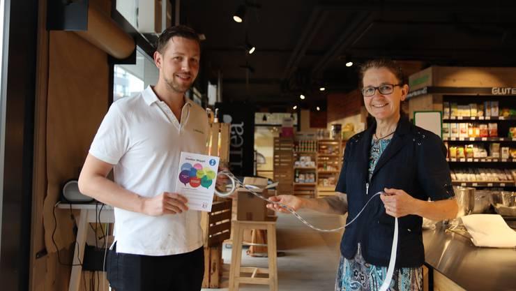 Belohnung für lokale Einkäufe: Margrith Stähli übergibt Geschäftsführer Pascal Bättig die Treuebons für das Reformhaus Libergy.