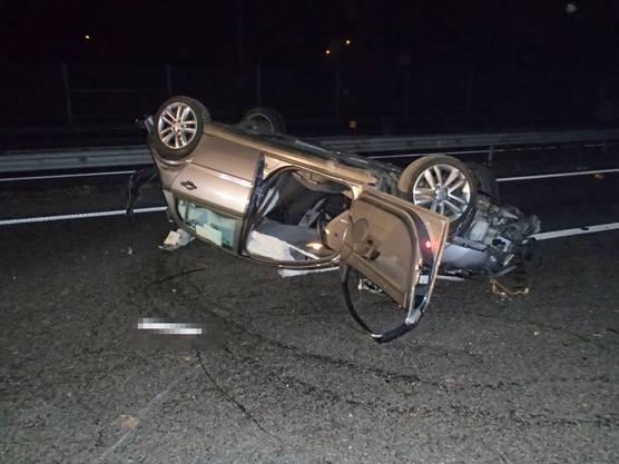 Ein Autofahrer verliert auf einer Nebenstrasse in Safenwil die Kontrolle über sein Auto. Dieses überschlägt sich und landet auf der angrenzenden A1. Ein abgelenkter Lieferwagenfahrer stösst daraufhin heftig mit dem beschädigten Fahrzeug zusammen.