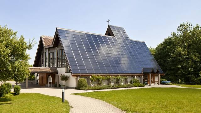 Beliebte Solaranlagen: Die Kirche Halden SG mit Solardach (Archiv)