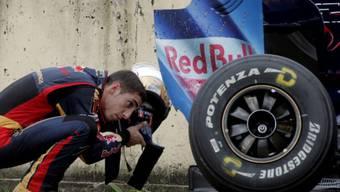 Sebastien Buemi begutachtet die Schäden an seinem Toro Rosso-Ferrari