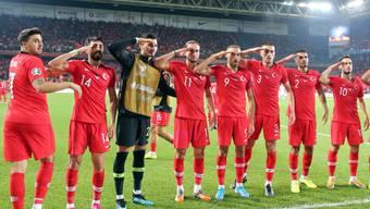 Nach dem Sieg in der EM-Qualifikation über Albanien salutieren einige türkische Spieler vor den Fans