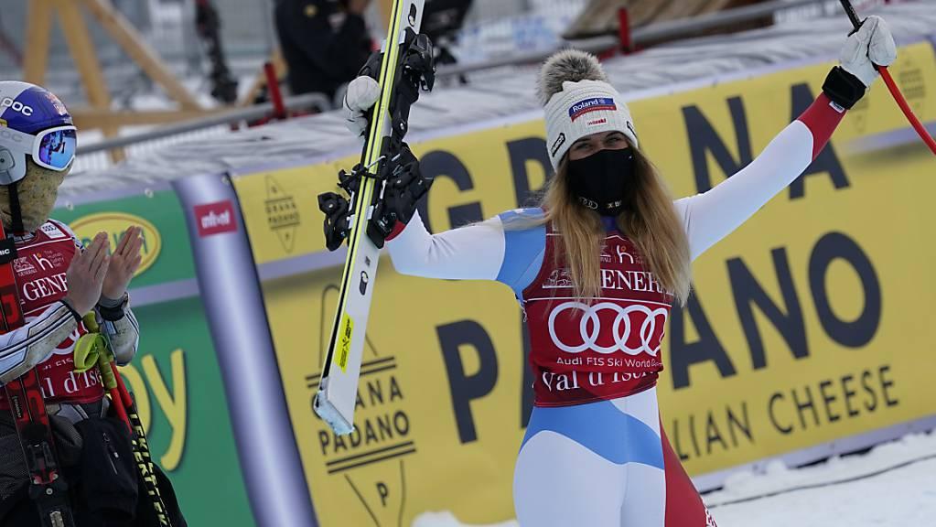 Super-G-Siegerin Ester Ledecka applaudiert Corinne Suter, die in Val d'Isère nach allen drei Rennen auf dem Podest stand.
