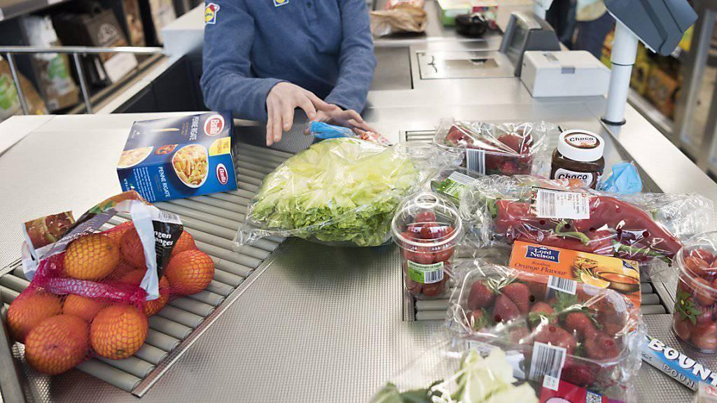 Der 80-Jährige bedrohte Supermarktangestellte mit einer Druckluftpistole, als diese die Kasse öffneten - so erbeutete er mehrere tausend Euro. (Symbolbild)
