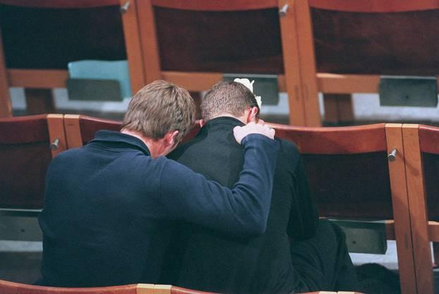 Die Angehörigen trauern um die Verstorbenen an der Trauerzeremonie am 11. September 1998.