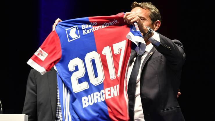 Bernhard Burgener erhält ein Leibchen mit seinem Namen.