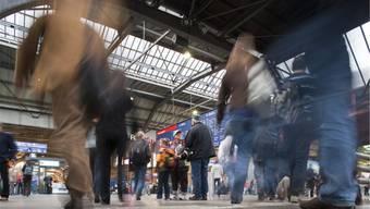 Während tagsüber die Halle im Zürcher Hauptbahnhof voll von Leuten ist, hat es nachts Platz für vollautomatisierte Transportroboter. Keystone