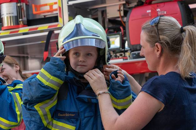 Einmal eine echte Feuerwehrausrüstung anlegen, das macht Spass.