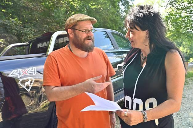 John-David Bauder von «Johns kleine Farm» übergibt der Tierpflegerin Kyra Bosshardt die Papiere und den Waschbären.