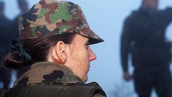 Wird die Armee in Zukunft auch Pflicht für die Frauen? Der Bundesrat findet die Idee zwar innovativ und zukunftsweisend. Zuerst brauche es aber eine vertiefte Analyse. (Symbolbild)