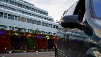 Ein Auto entfernt sich von den Sexboxen auf dem Zürcher Strichplatz. Rund 30 Prostituierte boten am Eröffnungsabend auf dem Platz ihre Dienste an – für die Behörden ein «vielversprechender Start». KEystone
