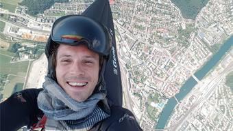 Markus Roschi machte ein Selfie 1200 Meter über der Stadt Olten. Rechts von ihm sind an der Aare deutlich Badi und Altstadt zu erkennen, und seine Schutzbrille spiegelt den bunten Gleitschirm.