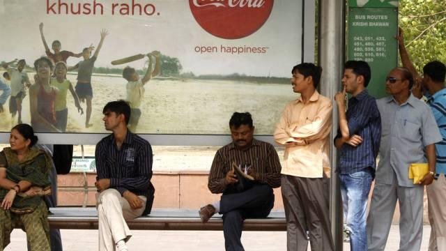 Bushaltestelle mit Coca Cola-Poster in Indien (Symbolbild)