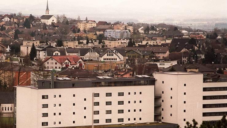 Im Gespräch: Mobilfunkantenne auf der Liegenschaft Alterszentrum Burkertsmatt in Widen (Vordergrund). Archiv/Walter Schwager